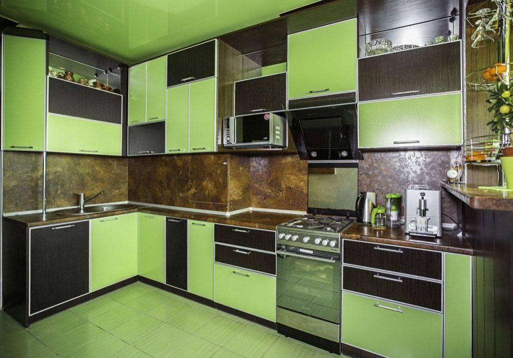 Большая угловая зеленая кухня с фасадами пластики фасадами венге