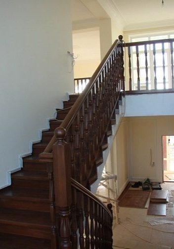 Поворотный дубовый столб для большой лестницы