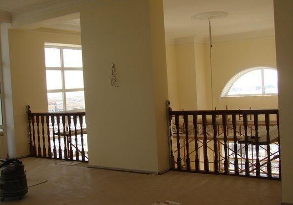 Дубовое ограждение второго этажа большой лестницы