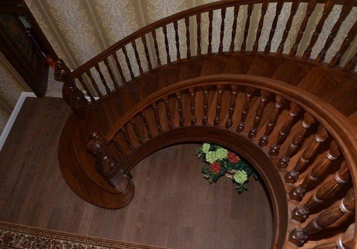 Вид сверху, винтовая лестница