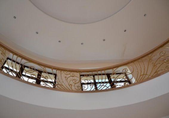 Кованное ограждение второго этажа для деревянной лестницы