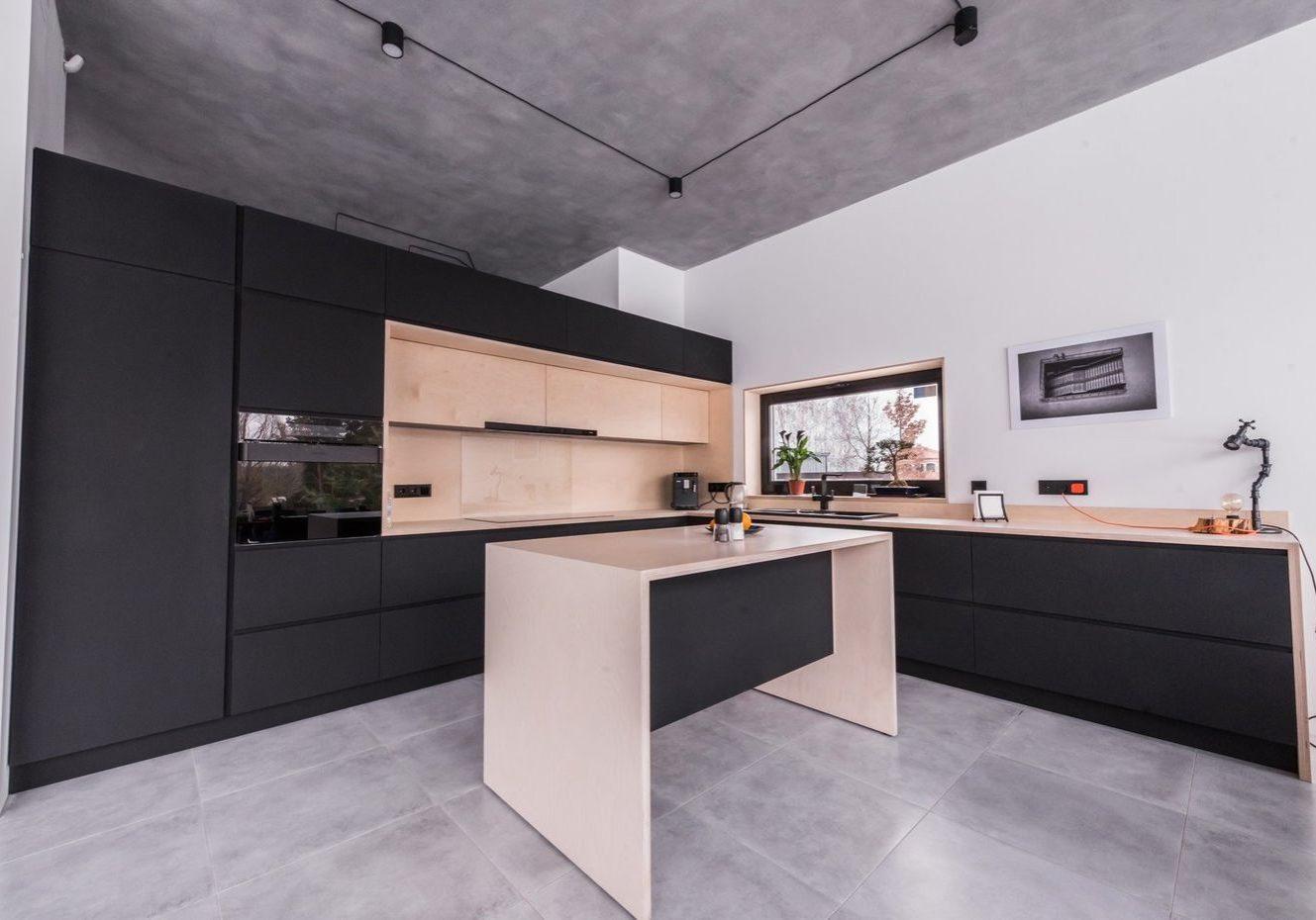 Черная кухня из фанеры с островом