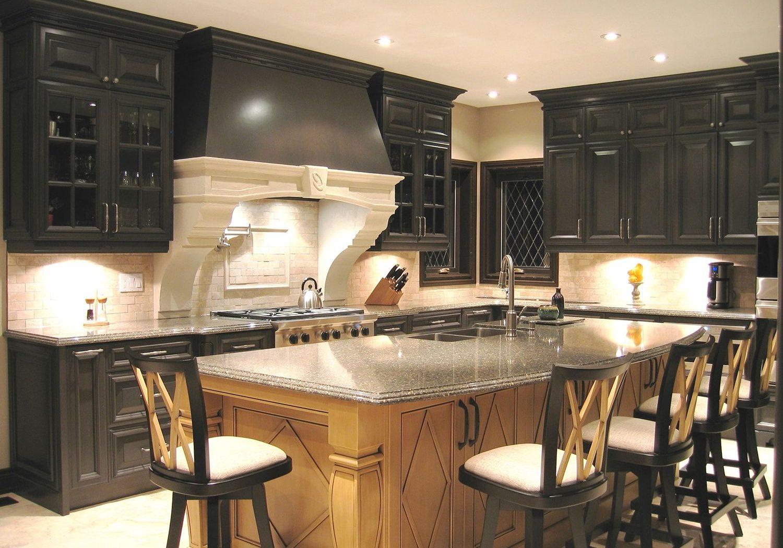 Черная кухня с деревянными фасадами
