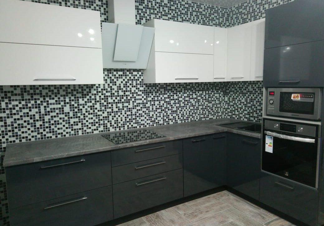 Черно-белая глянцевая кухня, темно-серый