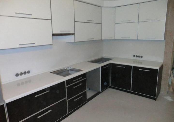 Черно-белая кухня из пластика