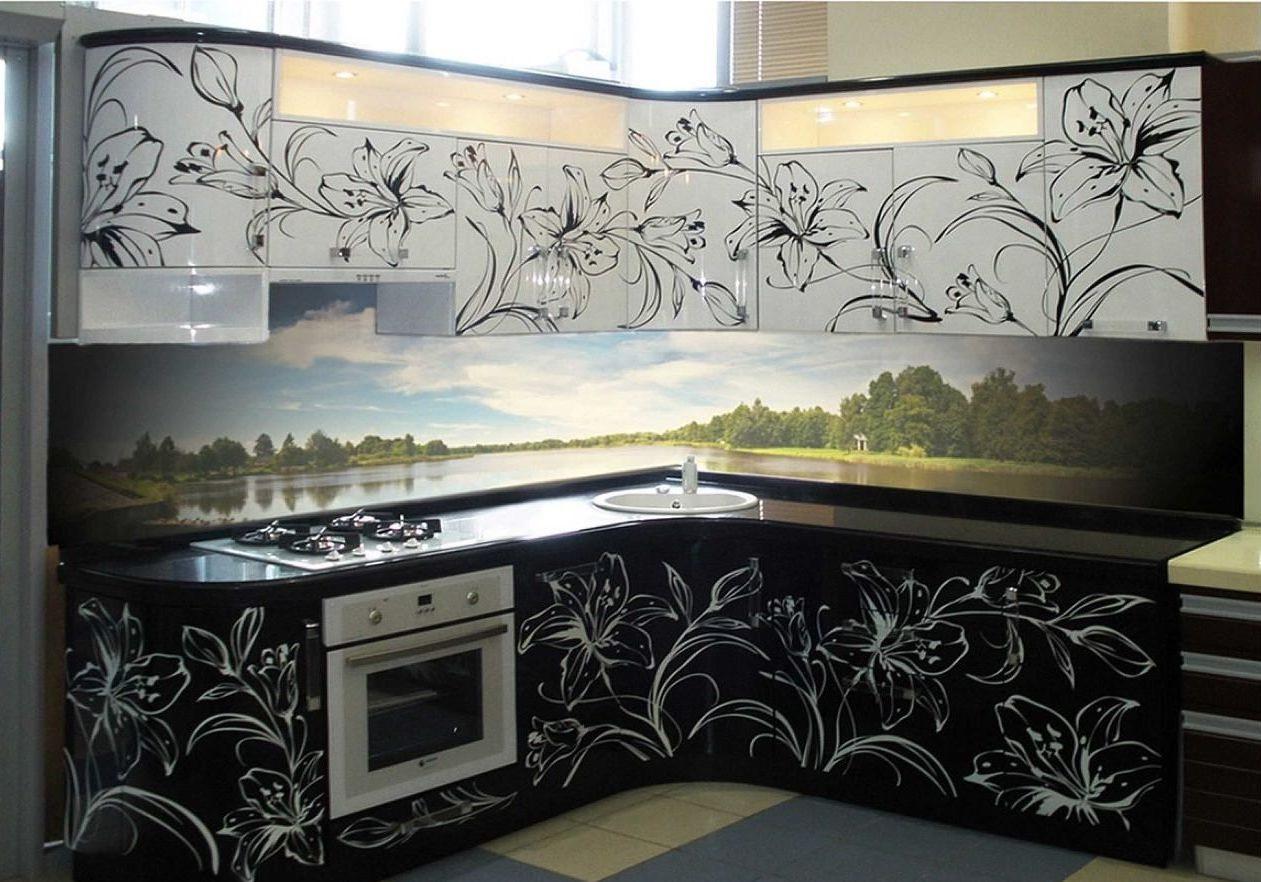 Черно белая кухня с рисунком