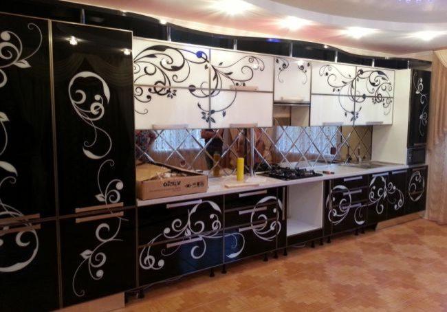Черно-белая кухня с рисунком на стекле, фотопечать, прямая