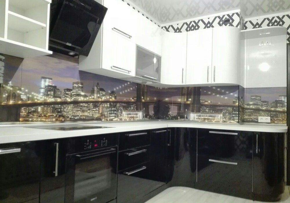 Черно-белая угловая кухня, глянец