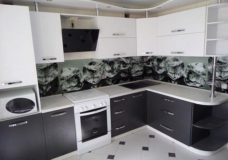 Черно-белая угловая кухня, матовая