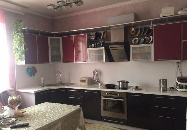 Черно-красная кухня из пластика