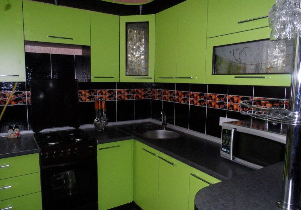 Угловая кухня для квартиры черно-зелеными фасадами МДФ пленка