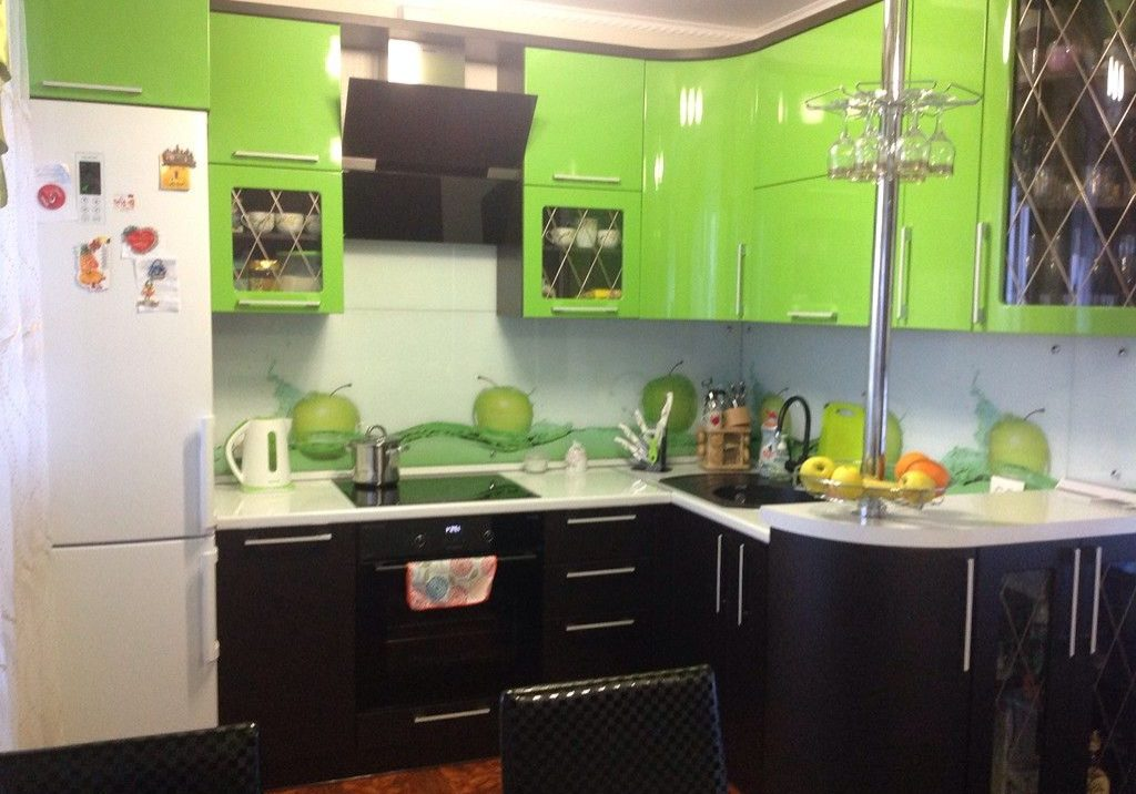 Черно-зеленая угловая кухня с глянцевыми фасадами