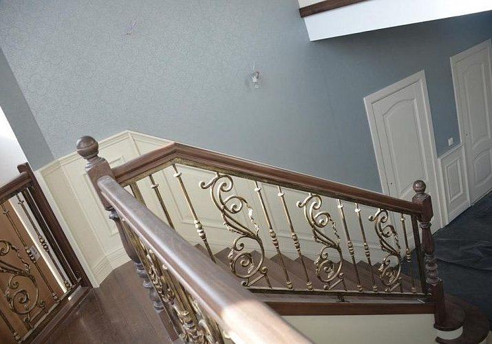 Кованные перила для лестницы из ясеня