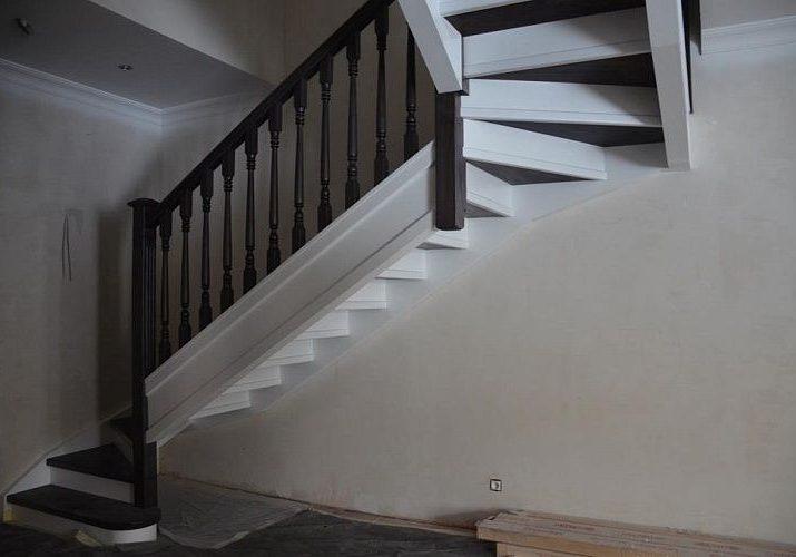 Модель лестницы из массива дуба, вид снизу