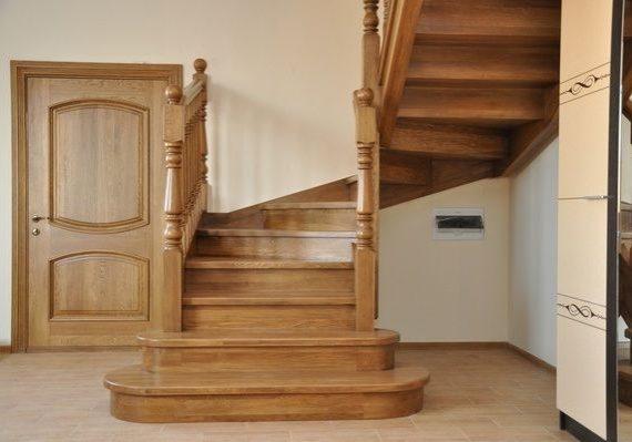 Деревянная дубовая лестница на заказ