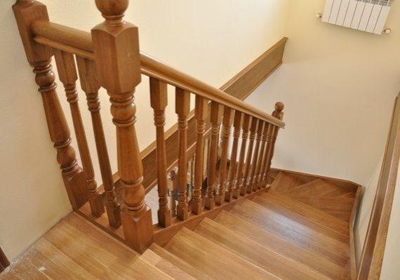 Ограждение деревянной дубовой лестницы