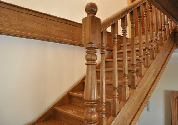 Столб из дуба для деревянной лестницы
