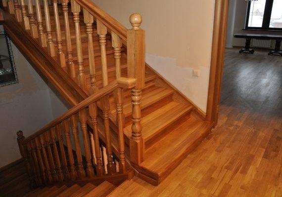 Поворот, лестница из массива дуба