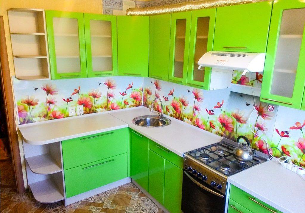 Дешевая зеленая кухня, в угол