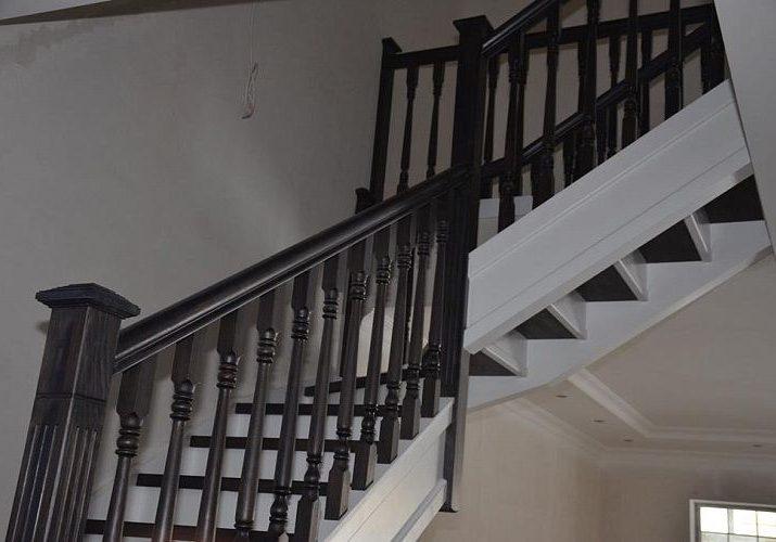 Поворот лестницы из массива дуба