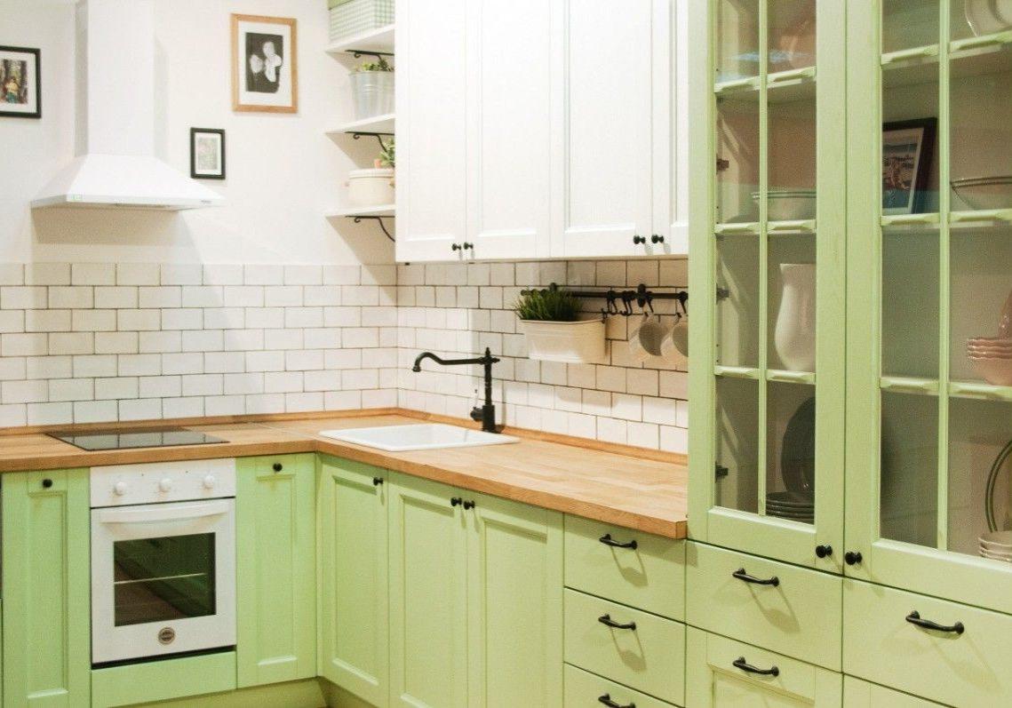Дизайн малогабаритнойкухни в бело-зеленом цвете