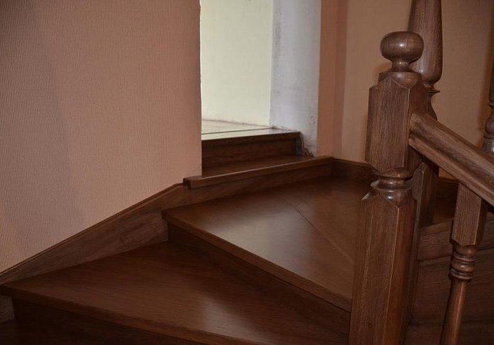 Деревянная лестница из дуба на заказ