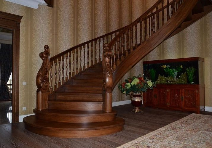 Забежные ступени и столбы полукруглой лестницы