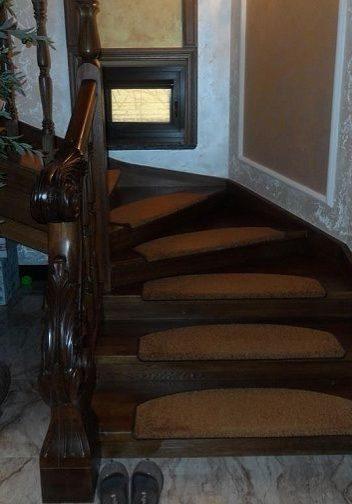 Лестница на тетиве с резным забежным столбом