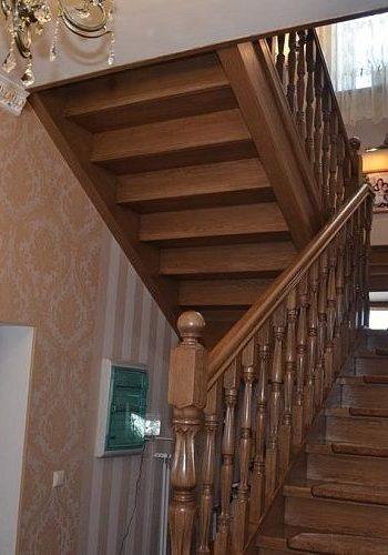 Лестница из массива дуба на тетиве, изготовлена на заказ