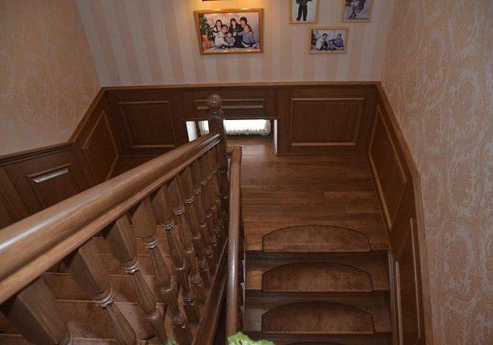 Дубовая лестница, вид со второго этажа