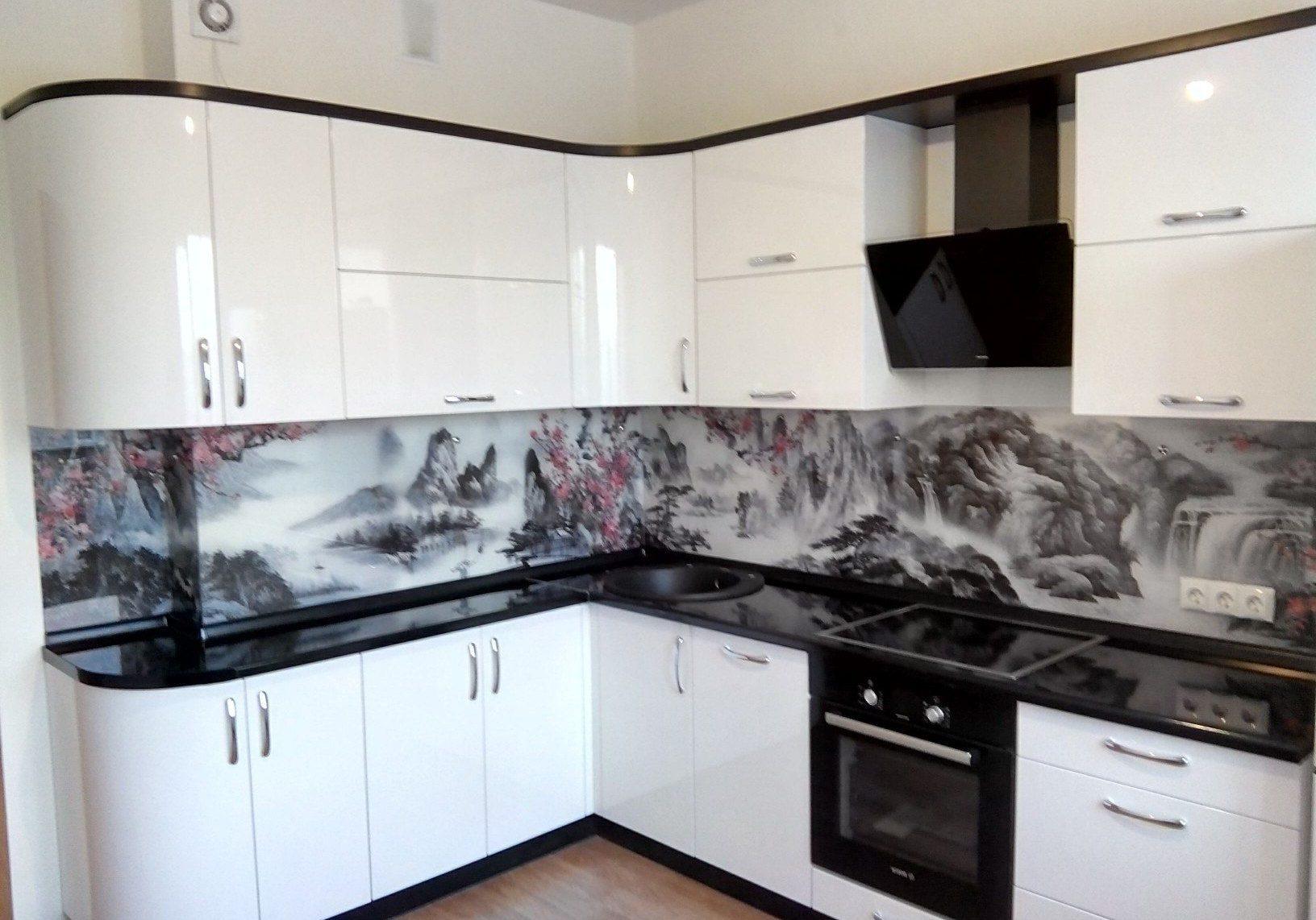 Глянцевая белая кухня с фартуком из стекла