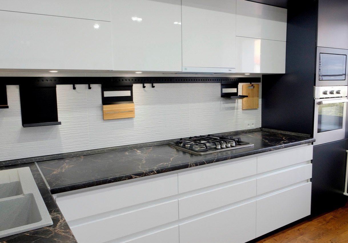 Глянцевая белая кухня с интегрированными ручками