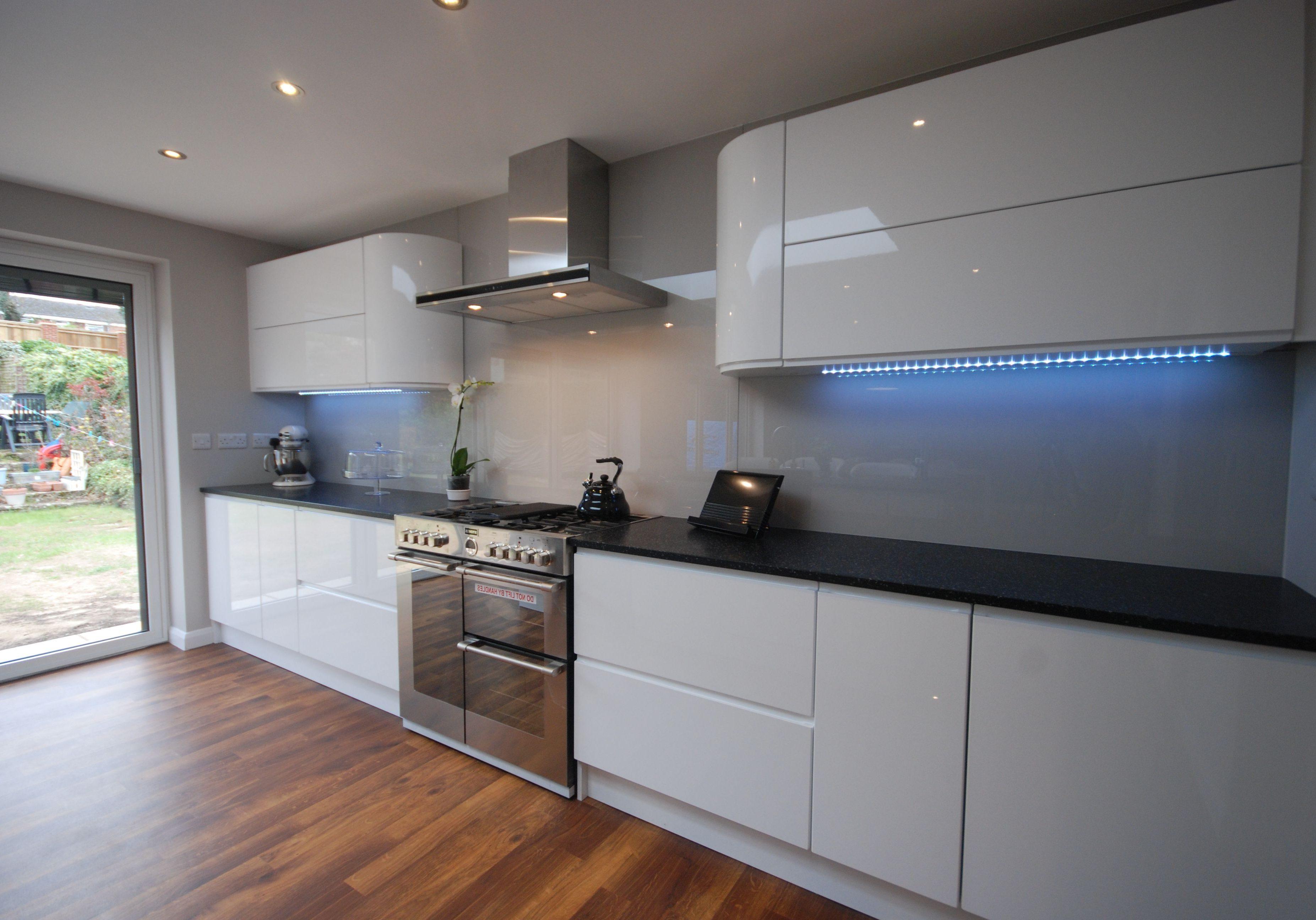 Глянцевая белая кухня с подсветкой