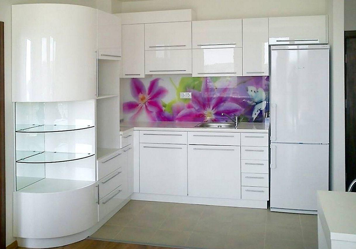 Глянцевая белая кухня с угловыми полками