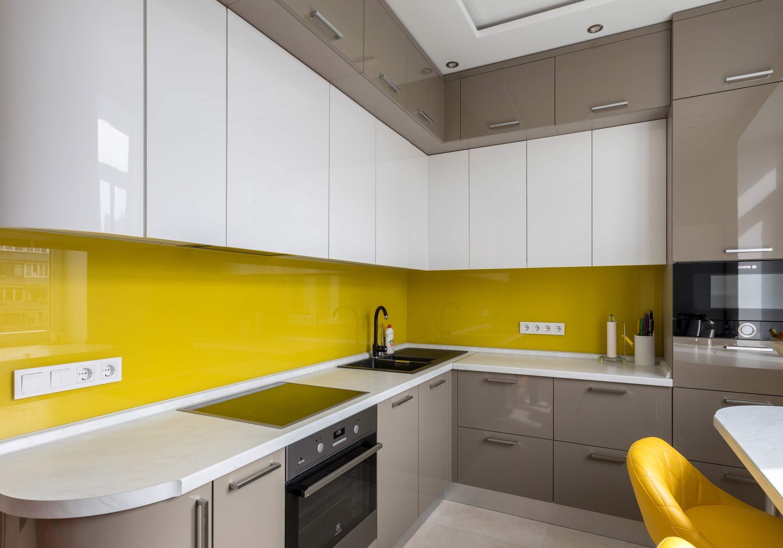 Глянцевая белая кухня с желтым фартуком