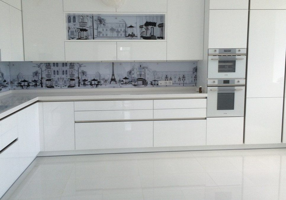 Глянцевая белая кухня, углом