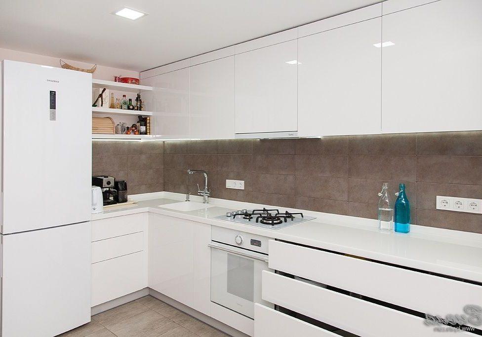 Глянцевая белая кухня, угловая