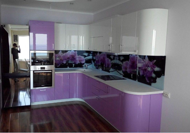 Глянцевая бело-фиолетовая кухня угловая