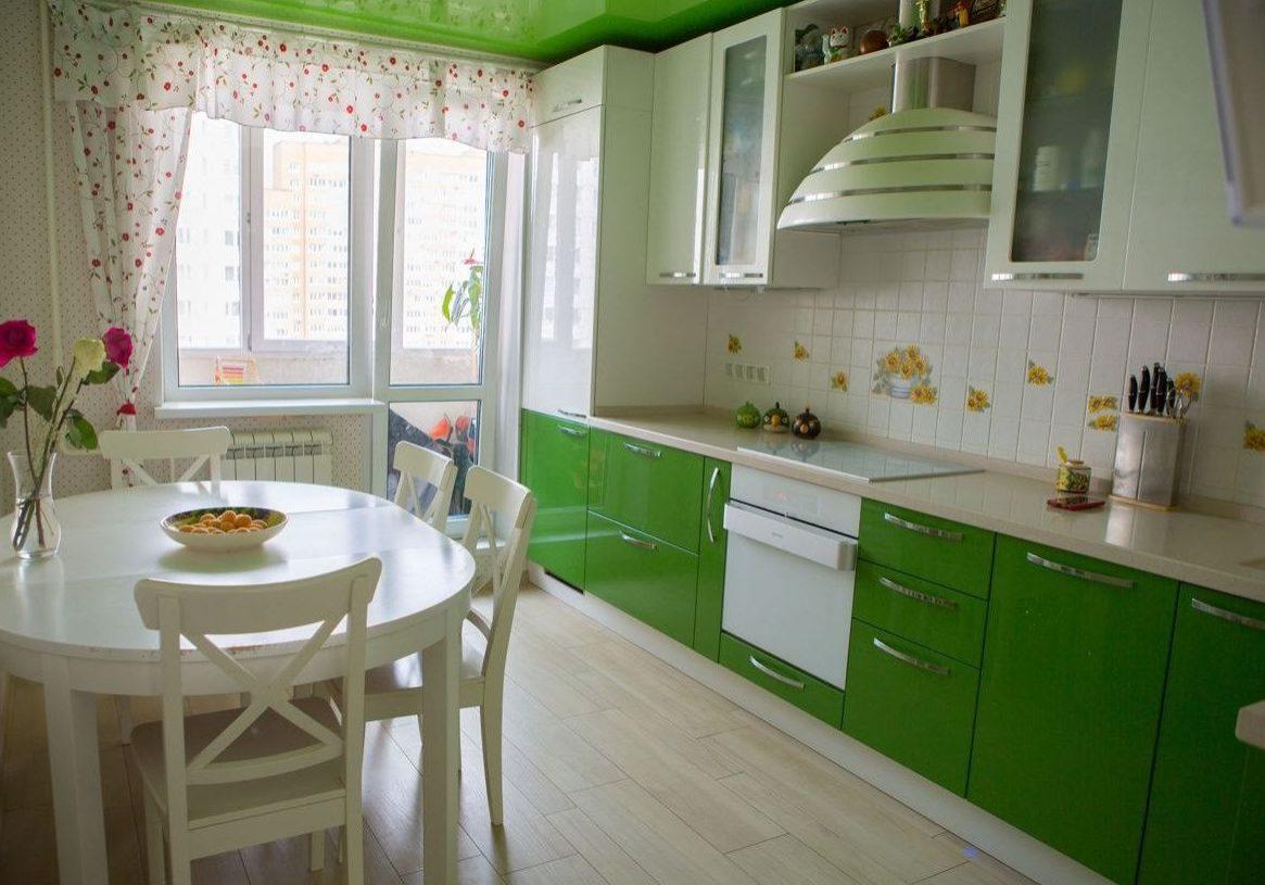 Глянцевая бело-зеленая кухня
