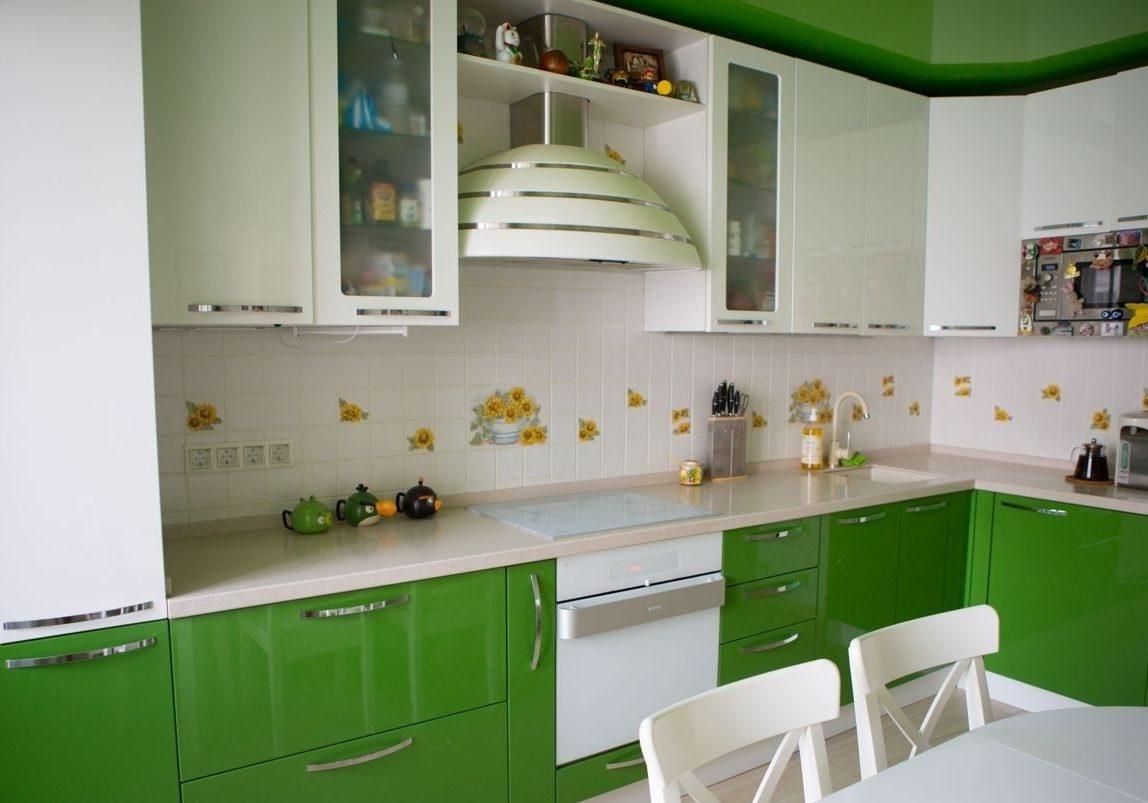 Глянцевая бело зеленая кухня на заказ