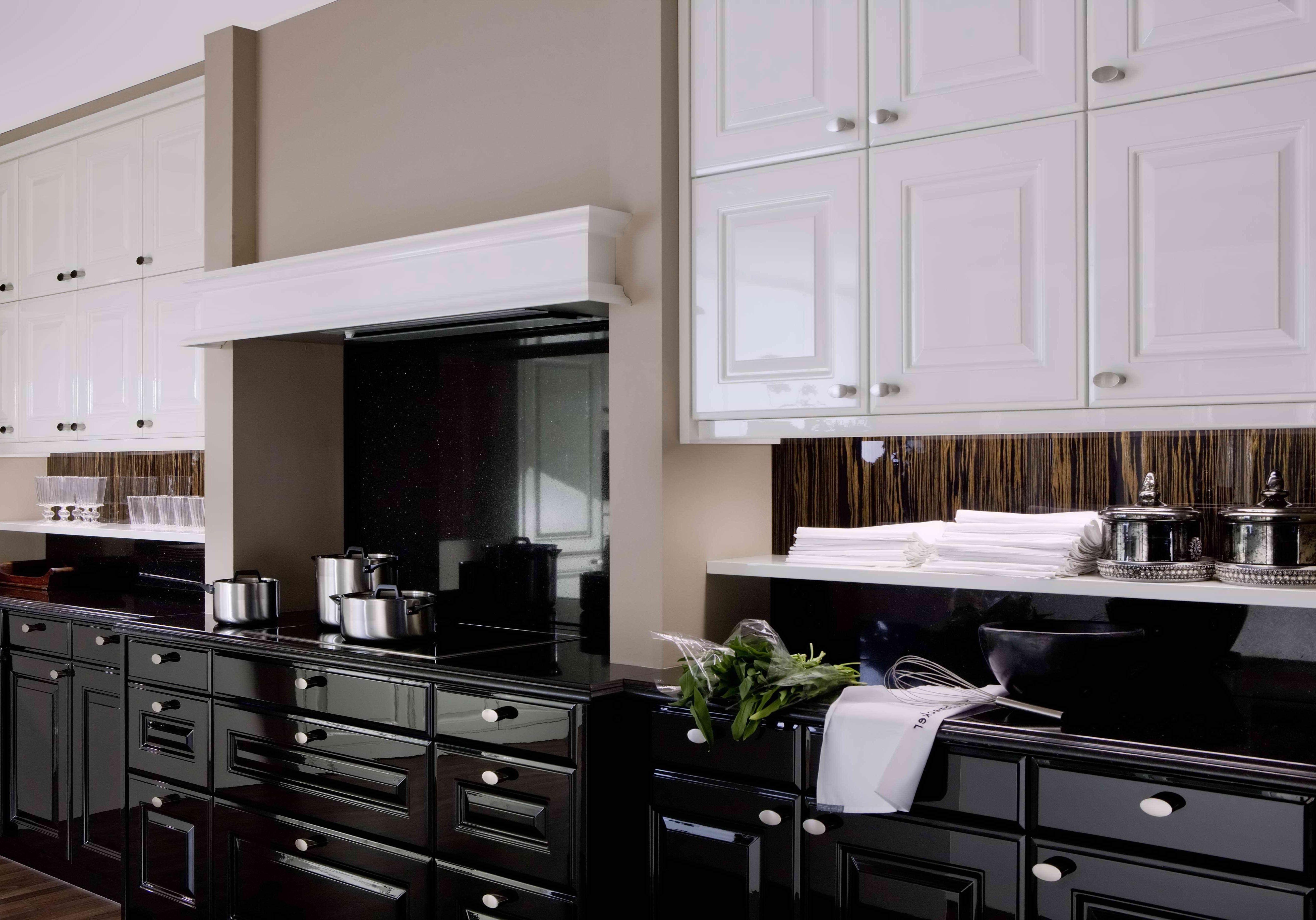 Глянцевая черно белая кухня