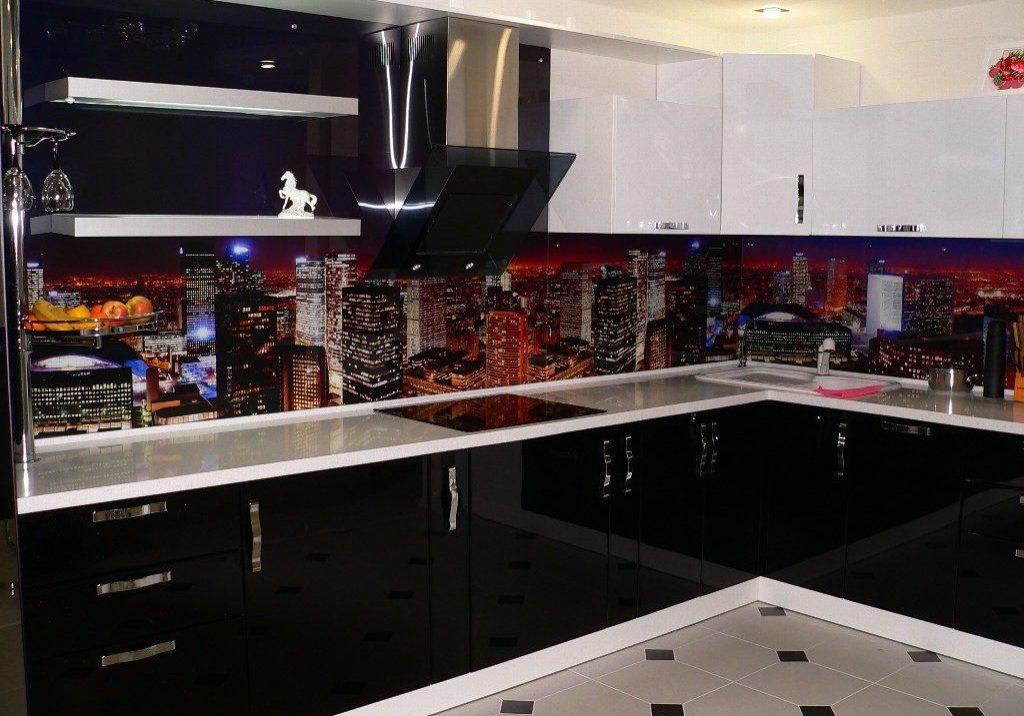 Глянцевая черно-белая угловая кухня