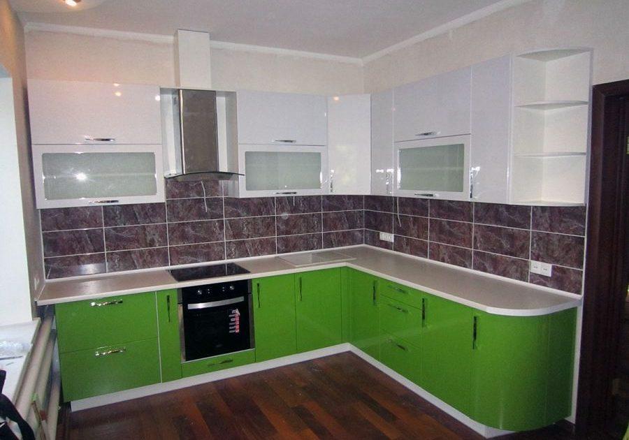 Глянцевая кухня с белым и зеленым цветом