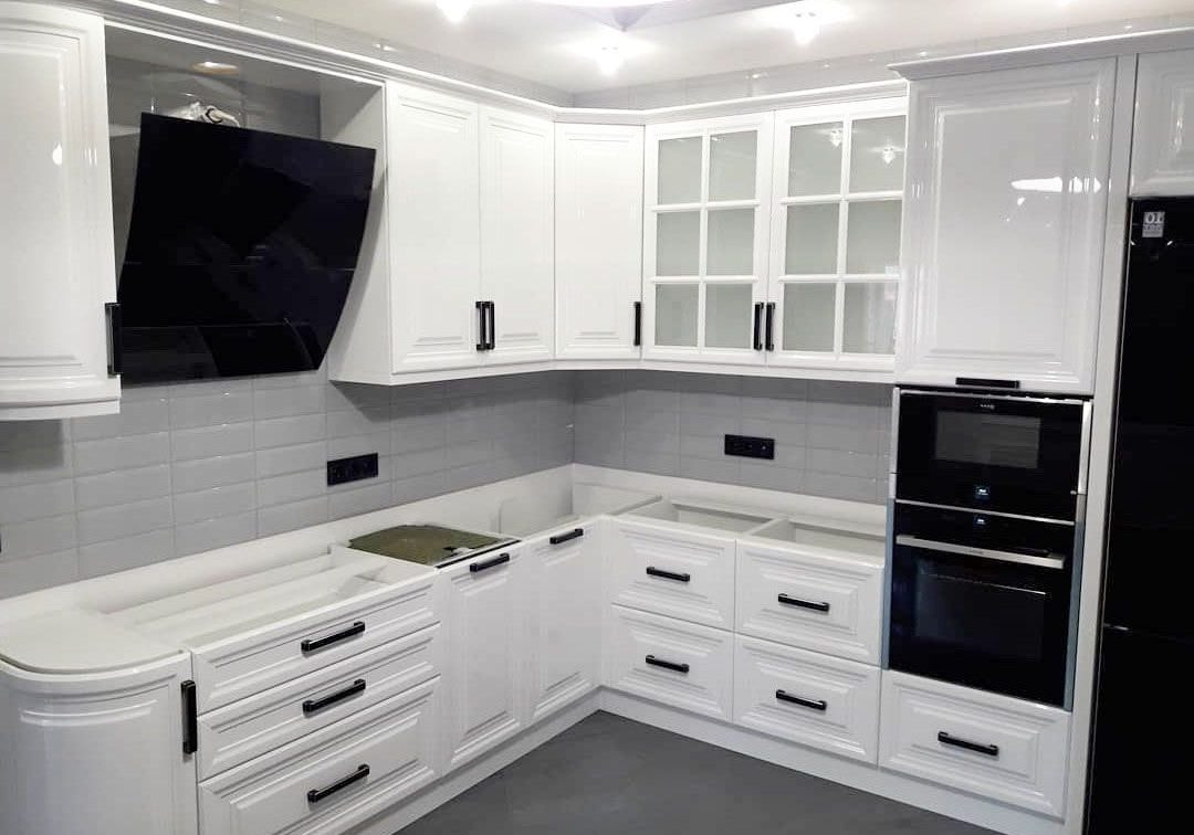Глянцевая кухня, с белыми фасадами