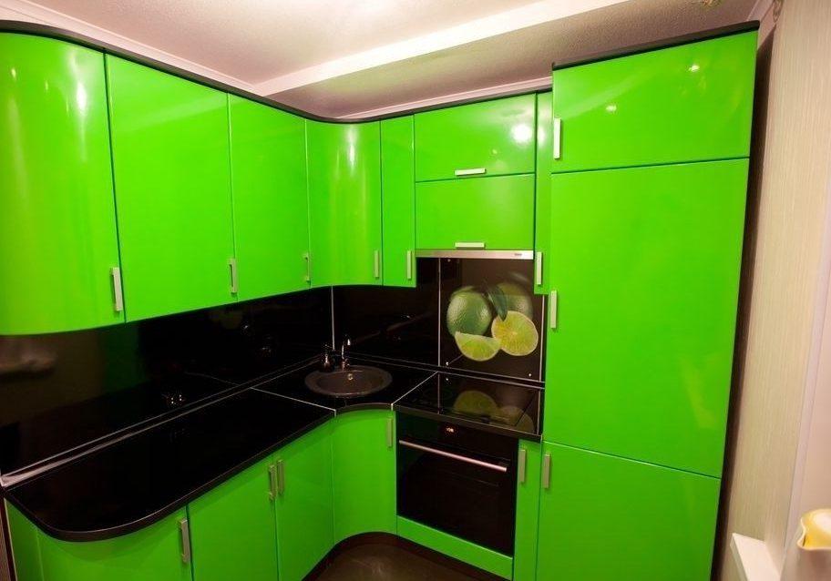 Глянцевая кухня зеленого цвета, с угловыми полукруглыми фасадами