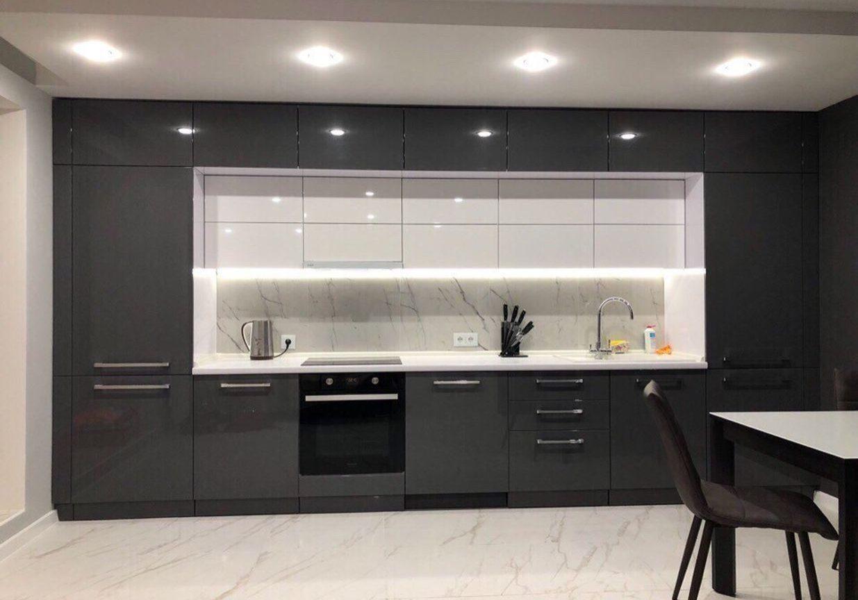 Глянцевая прямая бело-серая кухня МДФ