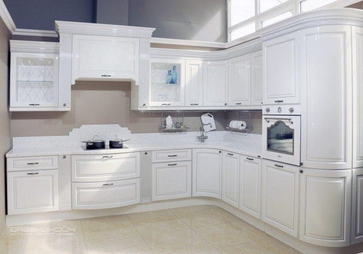 глянцевая угловая белая кухня классик, модерн