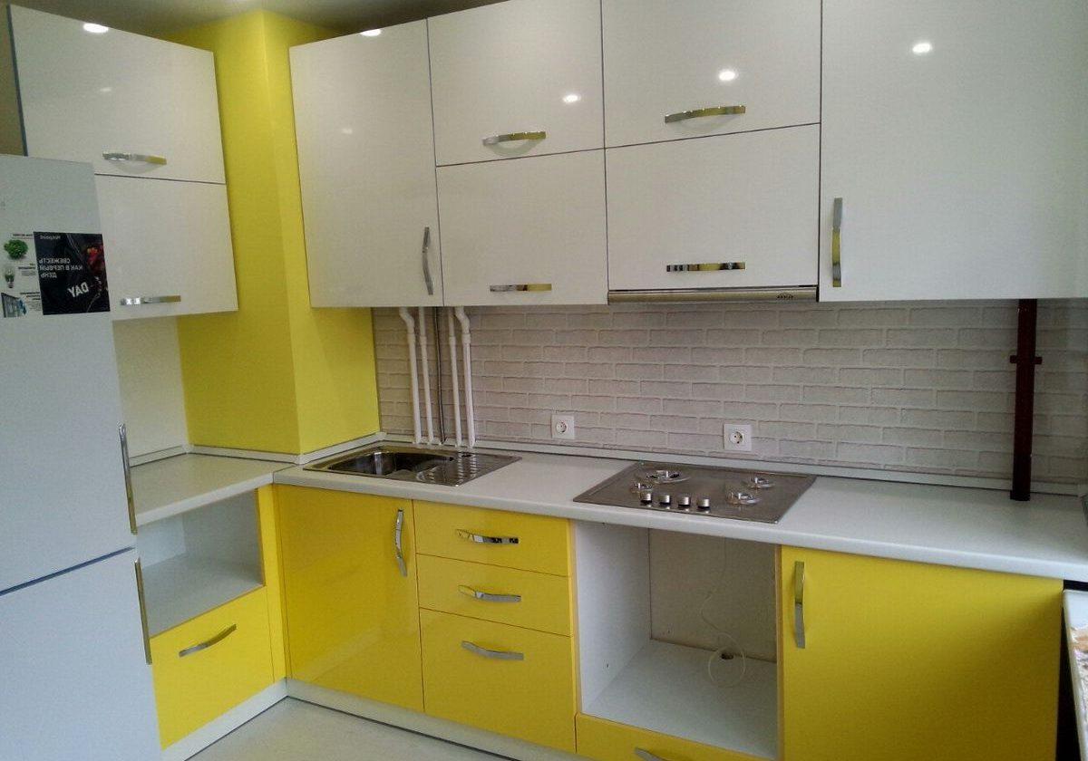 Глянцевая угловая бело-желтая кухня