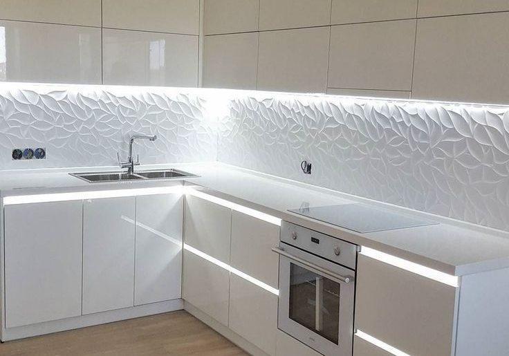 Глянцевая угловая кухня белогоцвета с подсветкой
