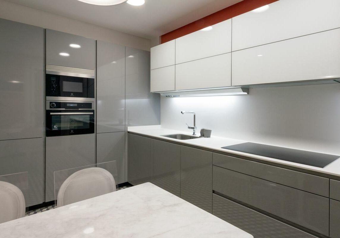 Глянцевая угловая серо-белая кухня МДФ